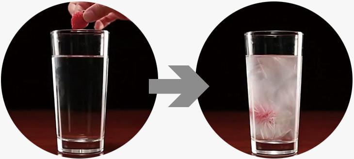 液体状態のドリンクにイチゴを落とすと、一瞬にして凍り出す